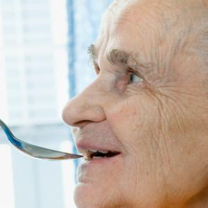 La disfagia o los problemas de deglución en personas mayores (II): recomendaciones dietéticas