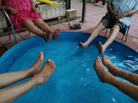 Hacemos aquagym en el patio de la Residència Santa Maria del Tura de Olot